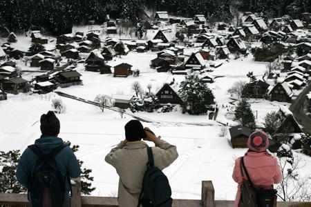 1月18日土曜日に白川郷ライトアップ開催!(白川村ライブカメラが見られない為、茅葺き屋根に雪が積もっている情報が知りたいと思いますので。。)今日の世界遺産白川郷荻町合掌集落の風景です。 ⑥