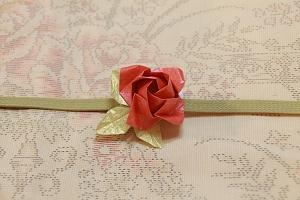 折り紙で薔薇の帯留め
