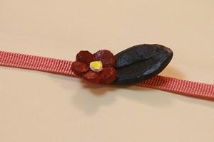 木彫りで椿の帯留め