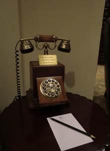 ホテルの公共施設に置いてある電話 プッシュ式のアンティーク風の電話