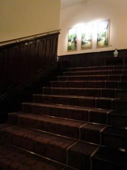 ソフィテルレジェンド 木製の階段 歩くと歴史を感じる音がしました