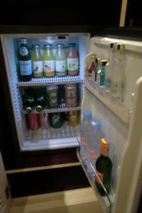 ソフィテルレジェンド 新館 プレミアムルーム デスク後ろのキャビネットに冷蔵庫