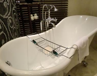 ソフィテルレジェンド 新館 プレミアムルーム バスルーム 猫足のバスタブ