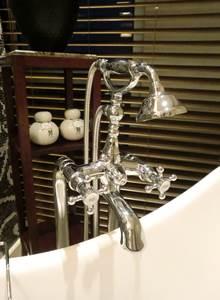 ソフィテルレジェンド 新館 プレミアムルーム バスルーム バスタブ 電話の受話器のようなハンドシャワー