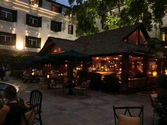 ソフィテルレジェンド 中庭のプール脇にあるバー