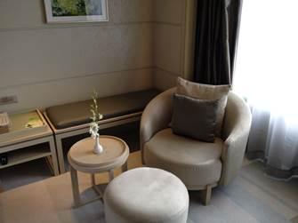サイドテーブルとソファー