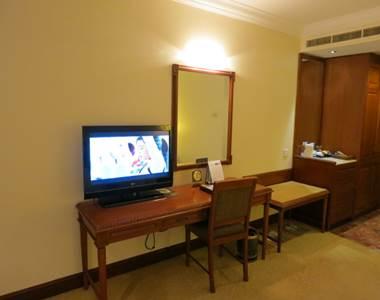 ハノイ フォーチュナホテル デラックス ベッド正面にテレビと化粧台