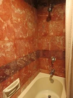 ハノイ フォーチュナホテル バスルーム バスタブと壁面固定式シャワー