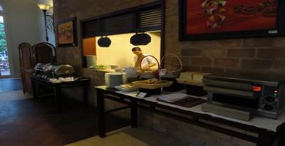 サンライズニャチャン インペリアルレストラン ブレッドコーナーとフォーステーション