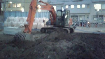 1 工事強行2013 1206 16ji39 地盤改良工事強行 ユンボと改良剤