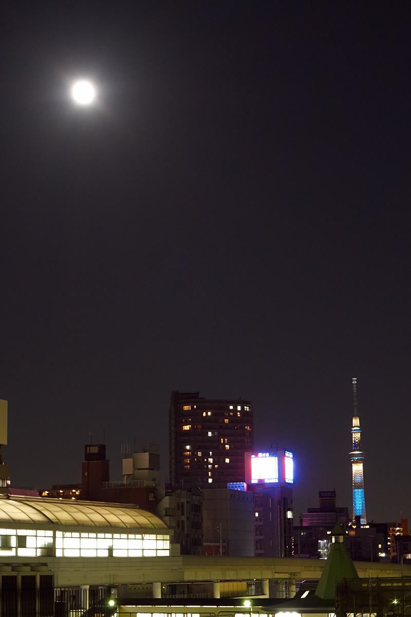 日暮里駅から中秋の名月とスカイツリー