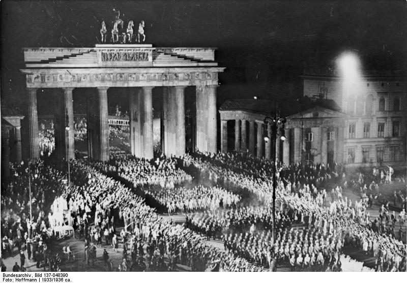 Bundesarchiv_Bild_137-048390,_Berlin,_SA-Aufmarsch_am_Brandenburger_Tor