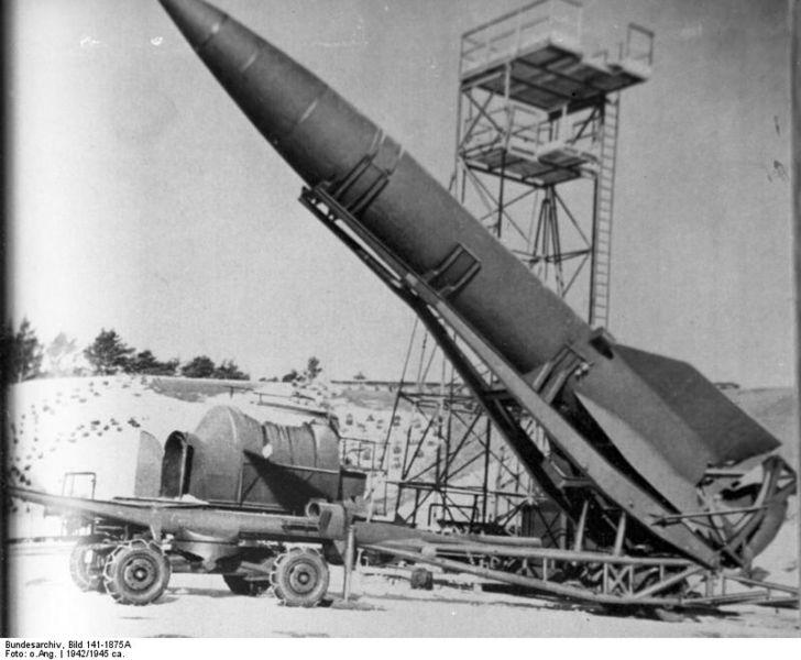 728px-Bundesarchiv_Bild_141-1875A,_Peenemünde,_V2_auf_Abschussbahn