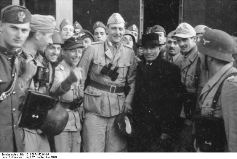 Bundesarchiv_Bild_101I-567-1503C-15,_Gran_Sasso,_Mussolini_vor_Hotel
