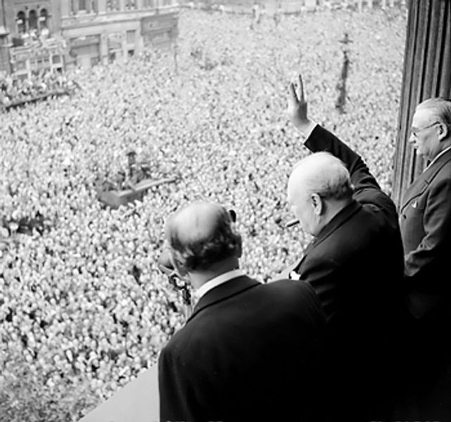 641px-Churchill_waves_to_crowds.jpg