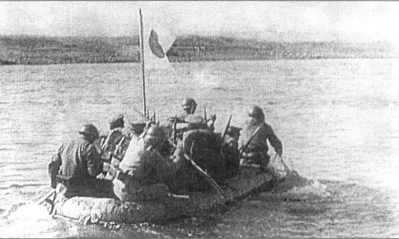 Japanese_soldiers_cross_Khalkhyn_Gol_river_1939.jpg