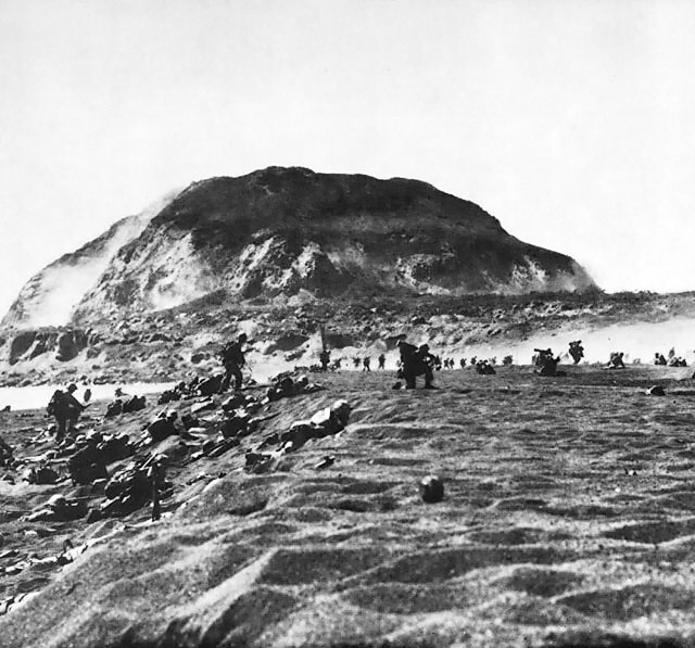 Marines_on_the_beach_of_Iwo_Jima.jpg