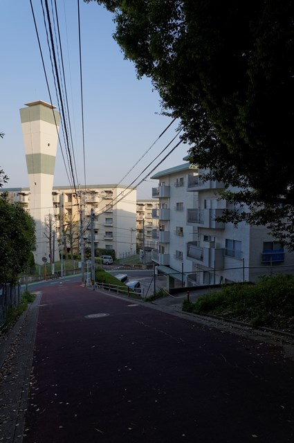 福岡市公社野間台住宅の給水塔と坂道