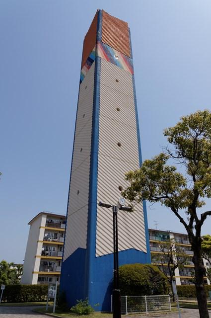 下から見た公団星の原団地の給水塔