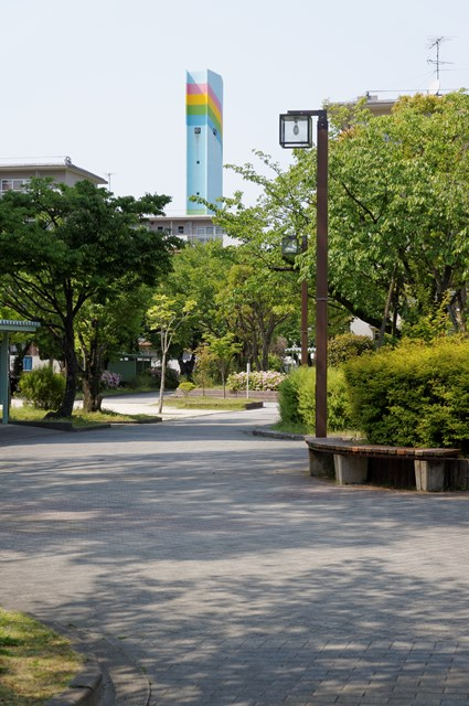 公団堤団地の歩行者専用道と給水塔