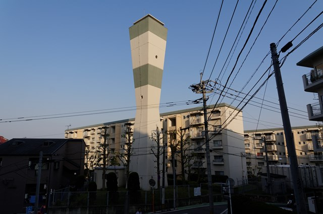 福岡市公社野間台住宅の給水塔と住棟