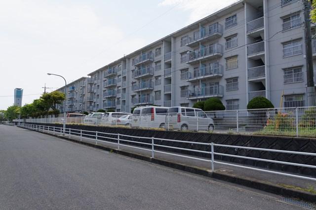 福岡市営壱岐団地の給水塔と住棟