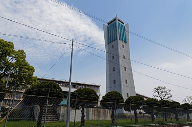 近くから見た福岡市営壱岐団地の給水塔