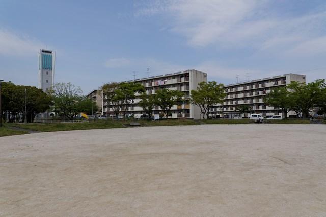 福岡市営壱岐団地のグラウンドと住棟と給水塔