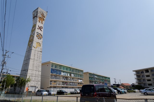 愛媛県営中須賀団地の給水塔と住棟