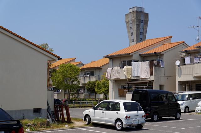南東から見た松前町営江川団地の住棟と給水塔