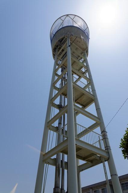下から見た伊予市営鳥ノ木団地給水塔