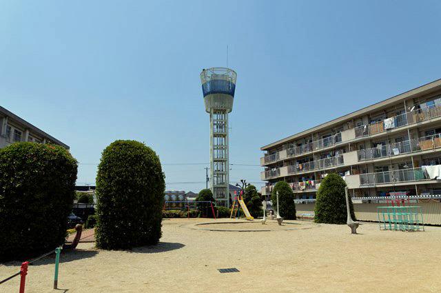 伊予市営鳥ノ木団地給水塔と公園