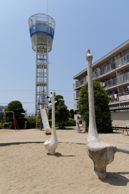 伊予市営鳥ノ木団地給水塔と鳥型遊具