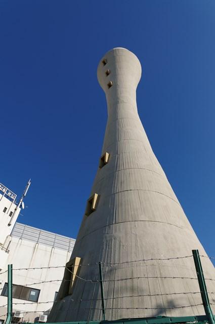 下から見上げた大阪府公社星田団地の給水塔
