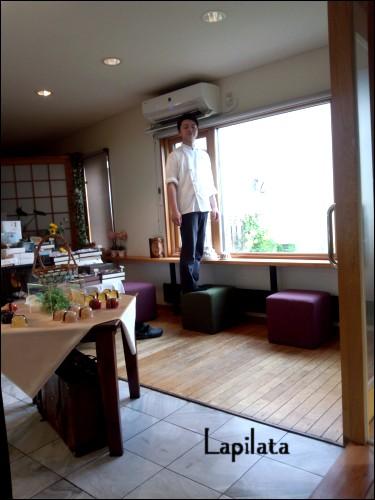 クーラーで涼んでる平田さん