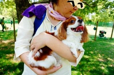 モコママさんに抱っこされて、至福の笑顔。
