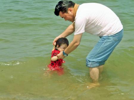 虹ノ松原で水遊び