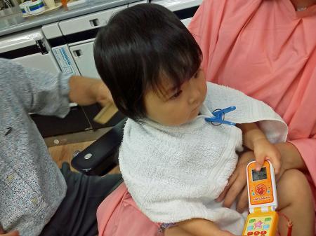 初めての散髪屋さんで赤ちゃん筆