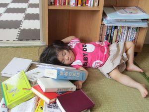 本に囲まれて