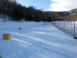 八千穂高原スキー場子供ゲレンデでソリする