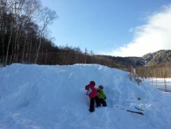 八千穂高原スキー場子供ゲレンデで雪遊び