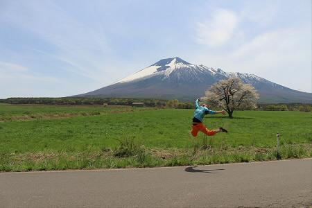 上坊牧野の一本桜21(2013.5.18)ジャンプ!