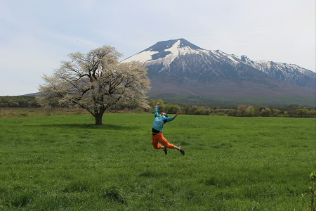 上坊牧野の一本桜01(2013.5.18)ジャンプ!