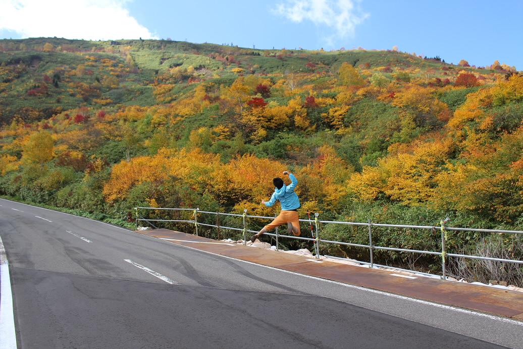 紅葉のアスピーテライン15(2013.10.10)ジャンプ!