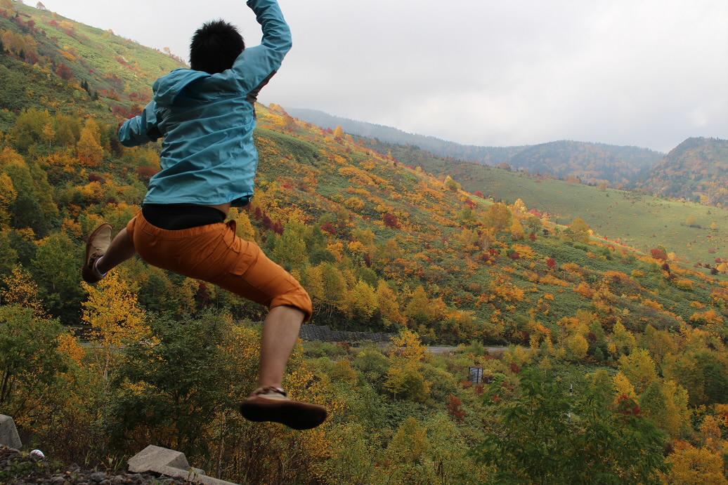 紅葉のアスピーテライン01(2013.10.10)ジャンプ!