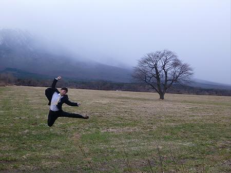 上坊牧野の一本桜01(2013.4.11)ジャンプ!