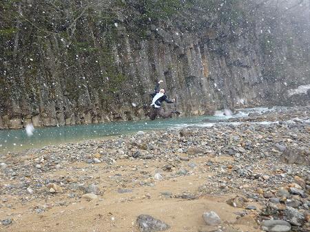 松川渓谷玄武岩01(2013.4.19)ジャンプ!