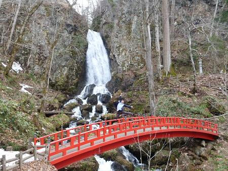 不動の滝01(2013.4.23)ジャンプ!