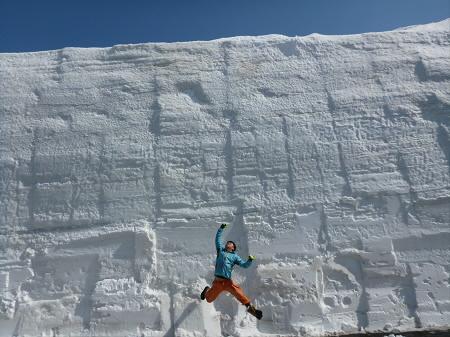 八幡平山頂付近01(2013.4.29)ジャンプ!