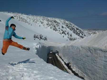 八幡平山頂付近23(2013.4.29)ジャンプ!